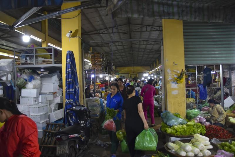 Người dân chen chân trong chợ đầu mối lúc nửa đêm - ảnh 14