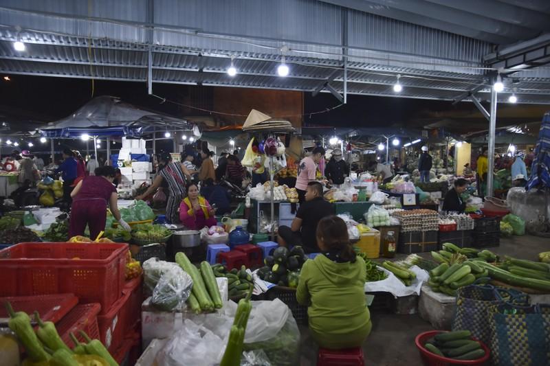 Người dân chen chân trong chợ đầu mối lúc nửa đêm - ảnh 12