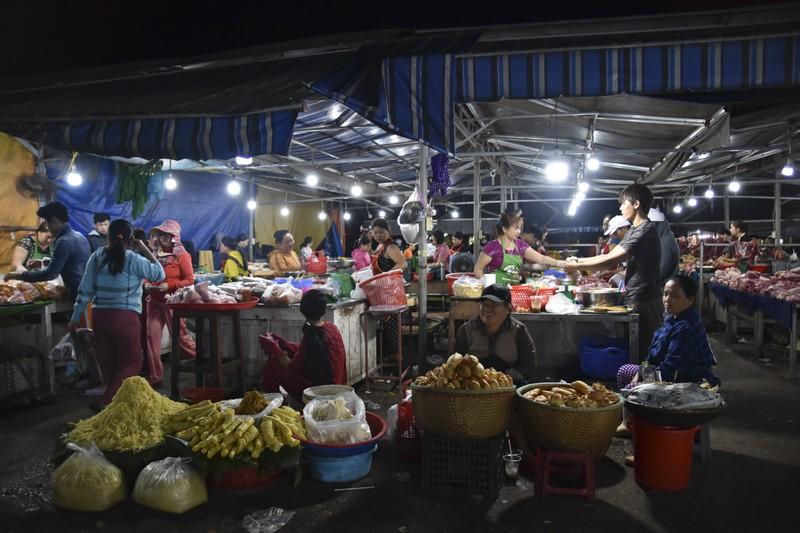 Người dân chen chân trong chợ đầu mối lúc nửa đêm - ảnh 13