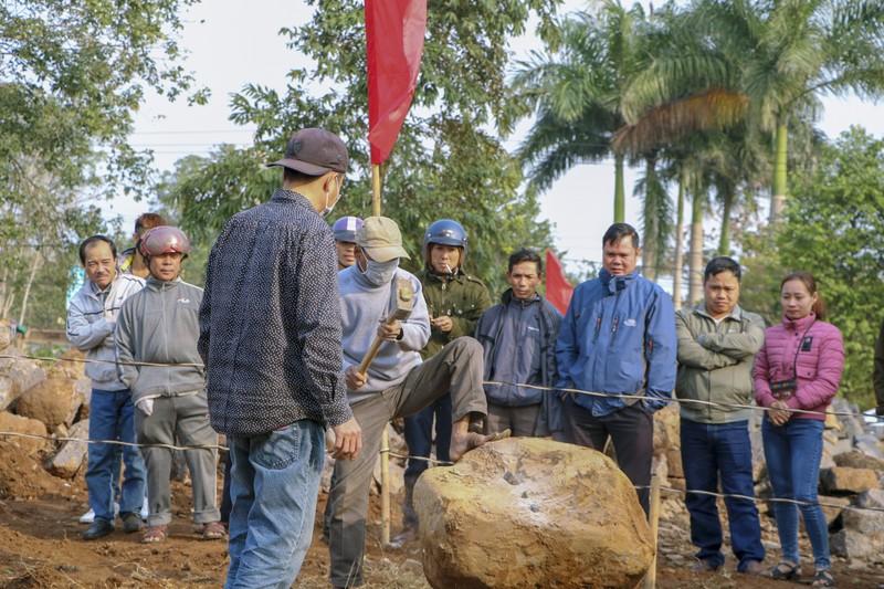Độc đáo hội thi chẻ đá mồ côi ngày đầu xuân ở Quảng Trị - ảnh 1