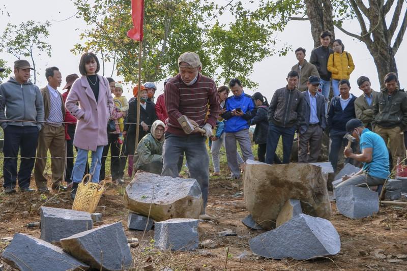Độc đáo hội thi chẻ đá mồ côi ngày đầu xuân ở Quảng Trị - ảnh 4