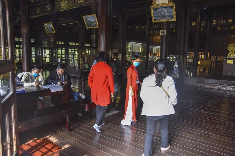 Huế: Nhân viên bảo tàng, du khách kín mít khẩu trang - ảnh 2
