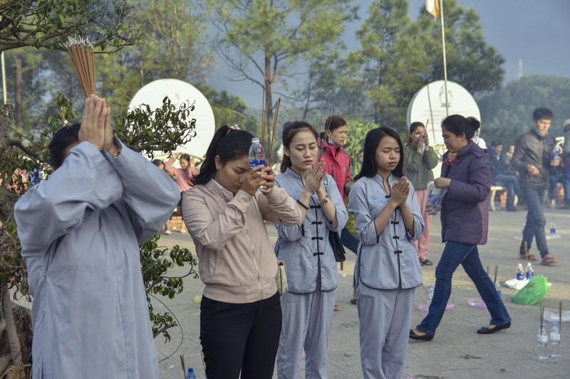 'Coi thường' Corona, nhiều người đi lễ chùa bỏ khẩu trang - ảnh 6