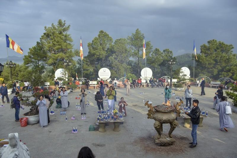 'Coi thường' Corona, nhiều người đi lễ chùa bỏ khẩu trang - ảnh 1