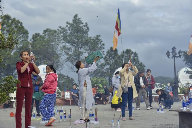 'Coi thường' Corona, nhiều người đi lễ chùa bỏ khẩu trang - ảnh 7