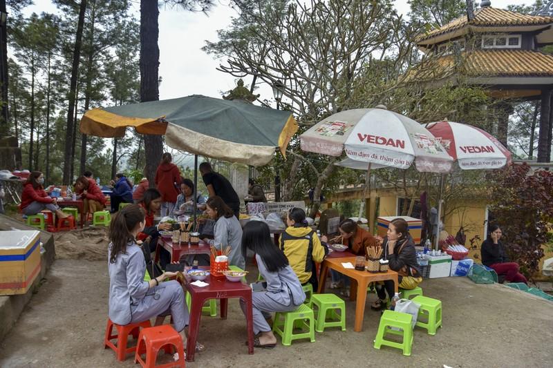 'Coi thường' Corona, nhiều người đi lễ chùa bỏ khẩu trang - ảnh 12