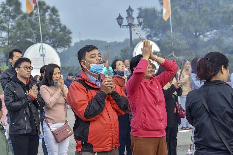 'Coi thường' Corona, nhiều người đi lễ chùa bỏ khẩu trang - ảnh 9