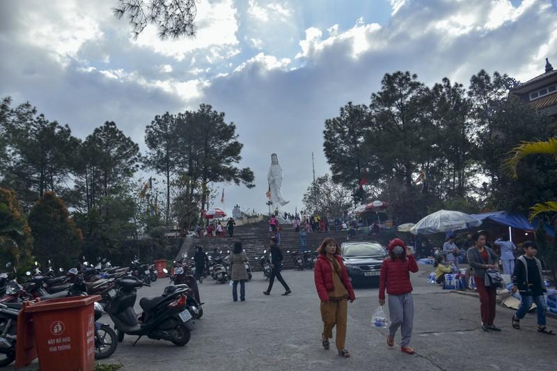 'Coi thường' Corona, nhiều người đi lễ chùa bỏ khẩu trang - ảnh 13