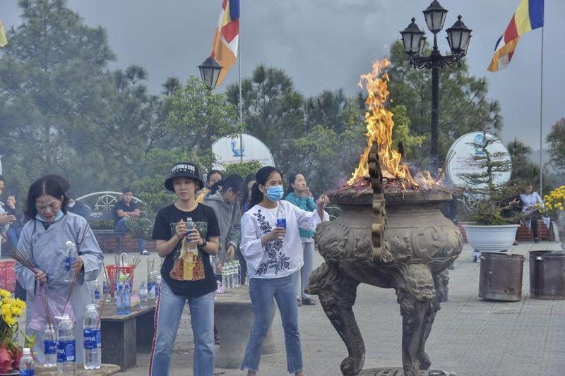 'Coi thường' Corona, nhiều người đi lễ chùa bỏ khẩu trang - ảnh 10