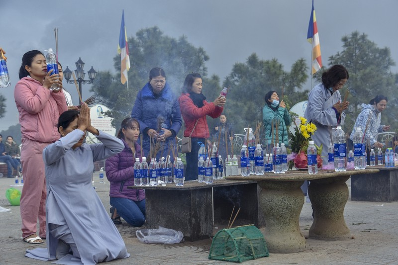 'Coi thường' Corona, nhiều người đi lễ chùa bỏ khẩu trang - ảnh 3