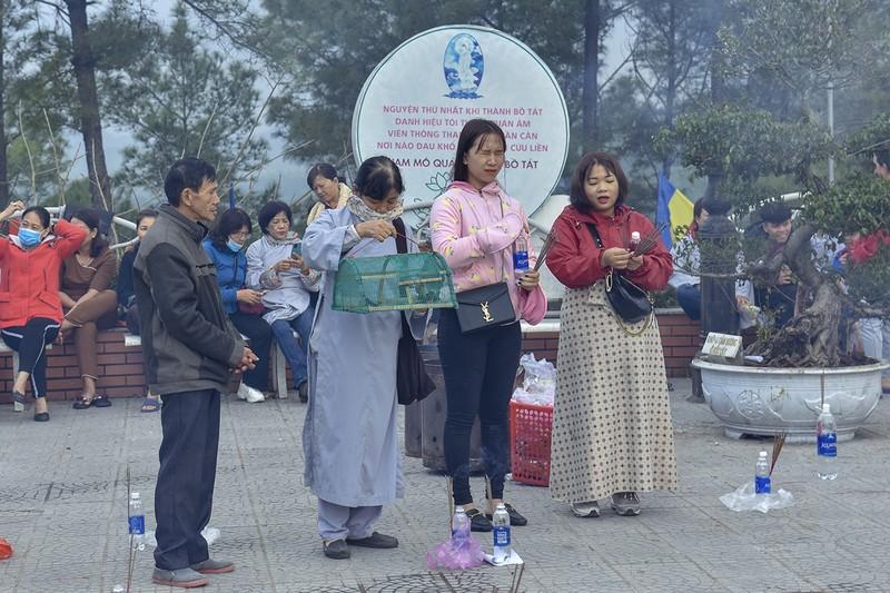 'Coi thường' Corona, nhiều người đi lễ chùa bỏ khẩu trang - ảnh 8