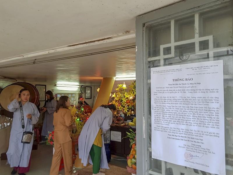 'Coi thường' Corona, nhiều người đi lễ chùa bỏ khẩu trang - ảnh 4
