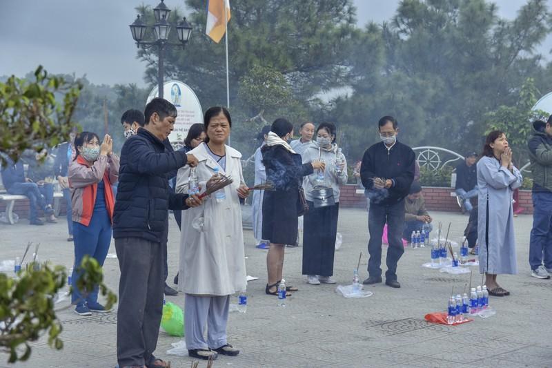 'Coi thường' Corona, nhiều người đi lễ chùa bỏ khẩu trang - ảnh 5