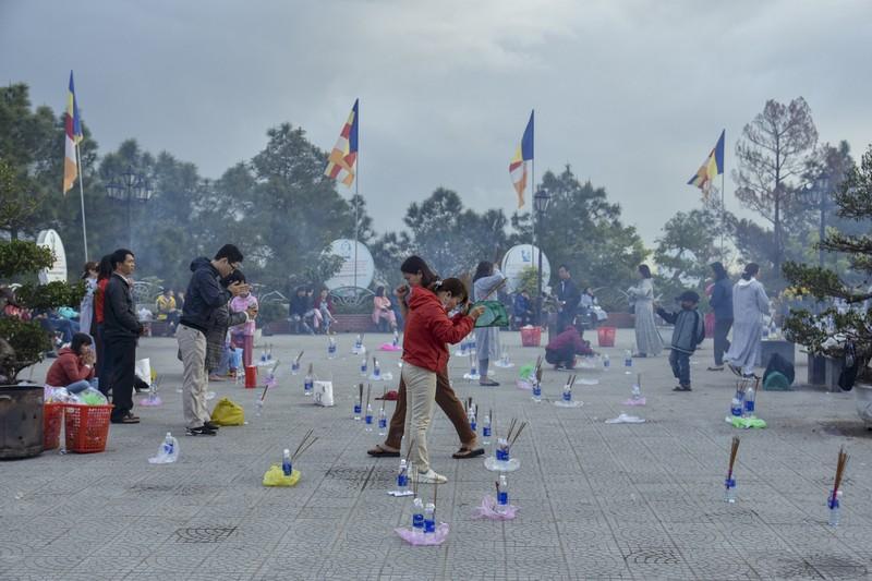 'Coi thường' Corona, nhiều người đi lễ chùa bỏ khẩu trang - ảnh 2
