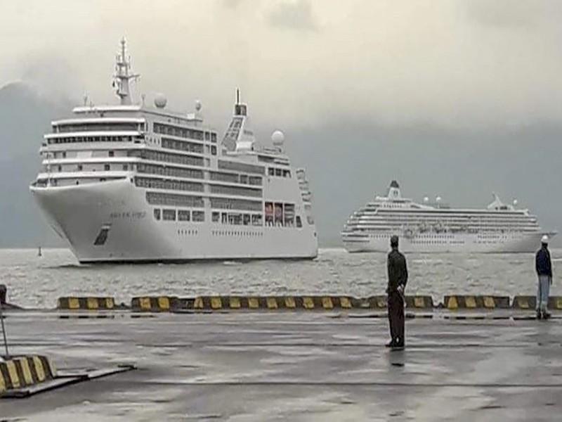2 du thuyền chở 1.300 du khách cập cảng Chân Mây - ảnh 1