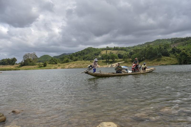 Nguy hiểm từ chuyến đò ngang trên sông Đakrông - ảnh 9
