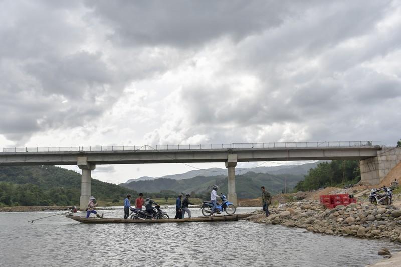 Nguy hiểm từ chuyến đò ngang trên sông Đakrông - ảnh 8