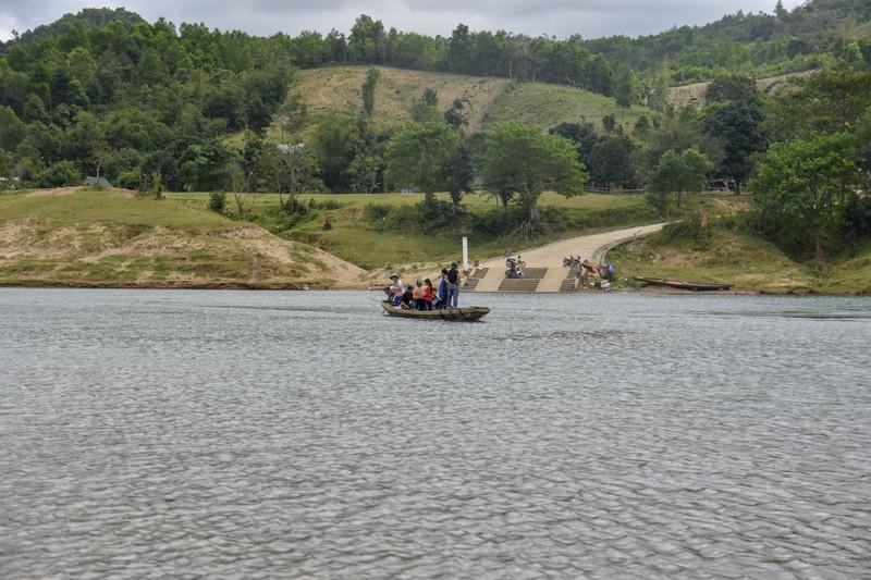Nguy hiểm từ chuyến đò ngang trên sông Đakrông - ảnh 1