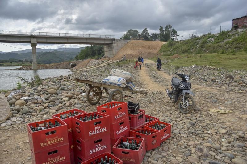 Nguy hiểm từ chuyến đò ngang trên sông Đakrông - ảnh 2