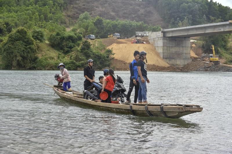 Nguy hiểm từ chuyến đò ngang trên sông Đakrông - ảnh 6