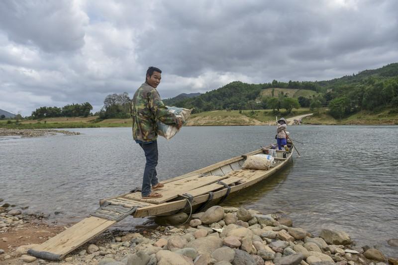 Nguy hiểm từ chuyến đò ngang trên sông Đakrông - ảnh 3