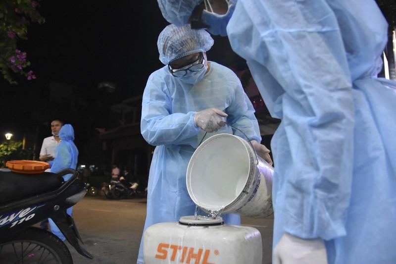 Huế khử trùng tuyến phố nơi ca nhiễm COVID-19 lưu trú - ảnh 6