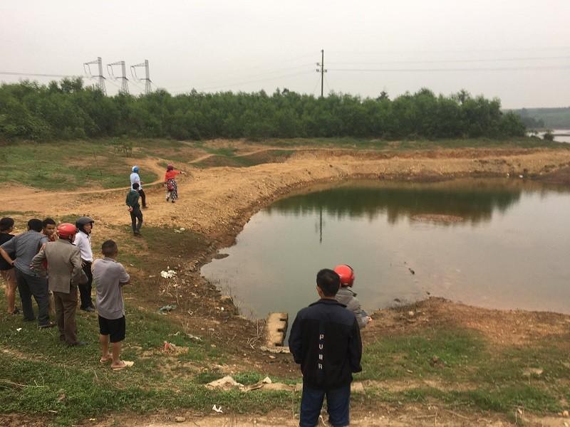 Trượt chân rơi xuống hồ, 2 học sinh tử vong - ảnh 1