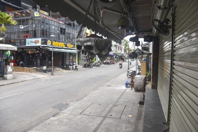 Phố Tây ở Huế trong ngày đầu vận động tạm ngừng hoạt động - ảnh 2