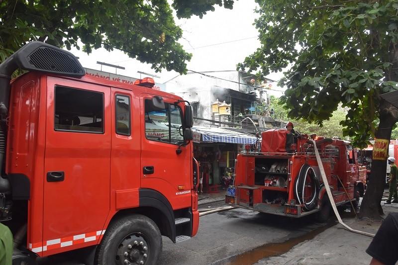 Cháy nhà 2 tầng ở Huế, 1 chiến sĩ bị thương - ảnh 1