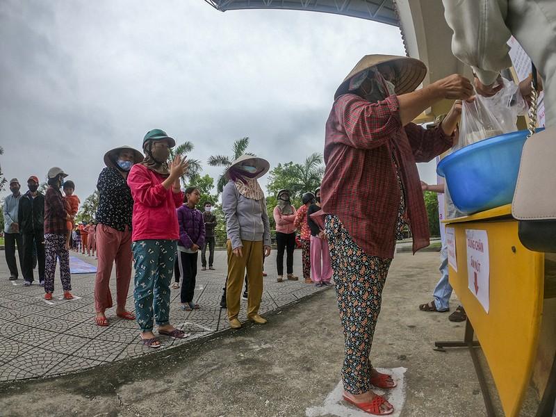 Sau lần đầu vỡ trận, 'ATM gạo' tại Huế đi vào hoạt động - ảnh 12