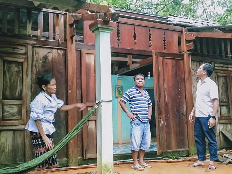 Lốc xoáy khiến nhiều nhà dân ở Thừa Thiên-Huế bị tốc mái - ảnh 1