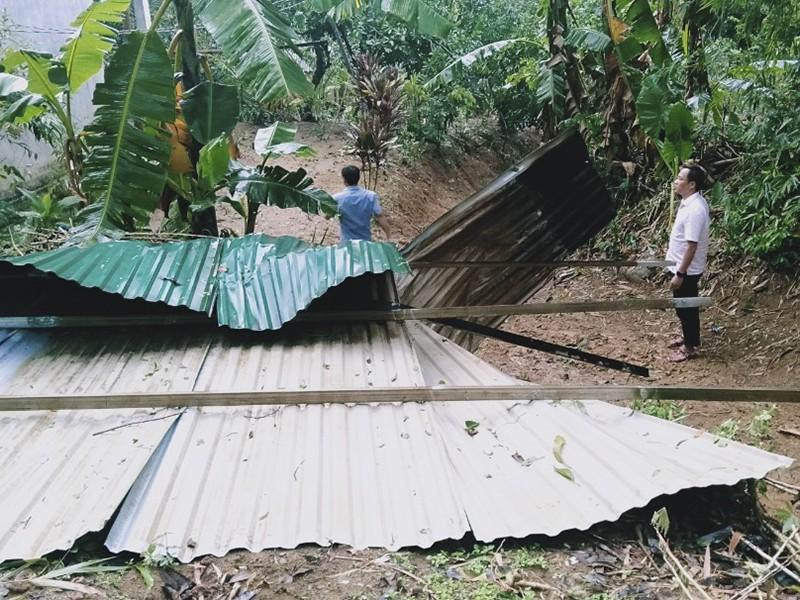 Lốc xoáy khiến nhiều nhà dân ở Thừa Thiên-Huế bị tốc mái - ảnh 2