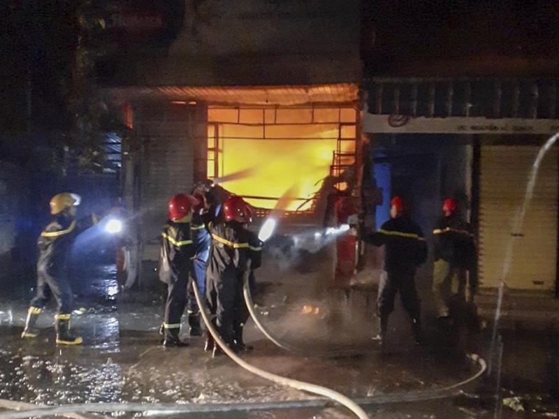 Cháy dữ dội tiệm tạp hóa 3 tầng ở Huế - ảnh 1
