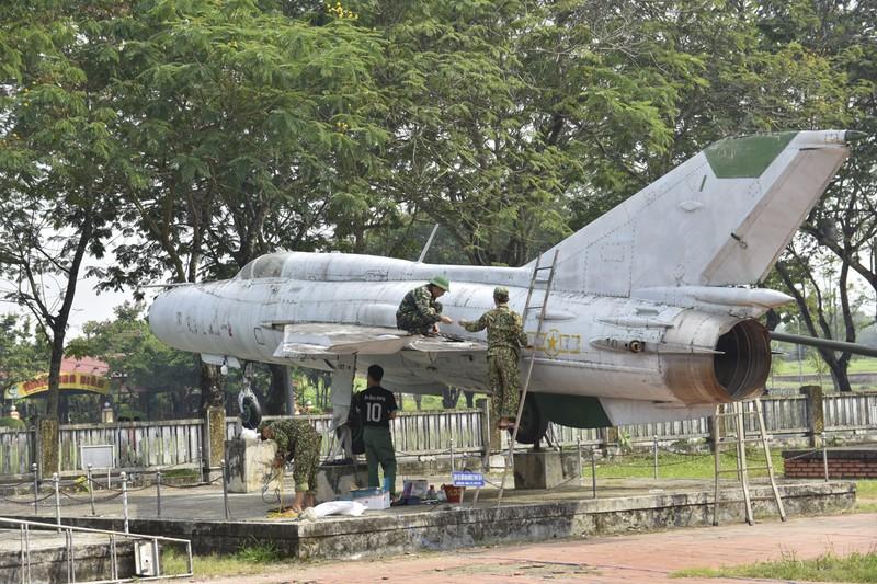 Tháo máy bay, xe tăng trong bảo tàng để dời về chỗ mới - ảnh 10