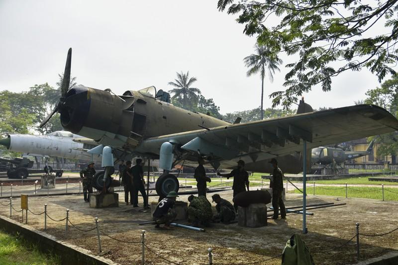 Tháo máy bay, xe tăng trong bảo tàng để dời về chỗ mới - ảnh 13