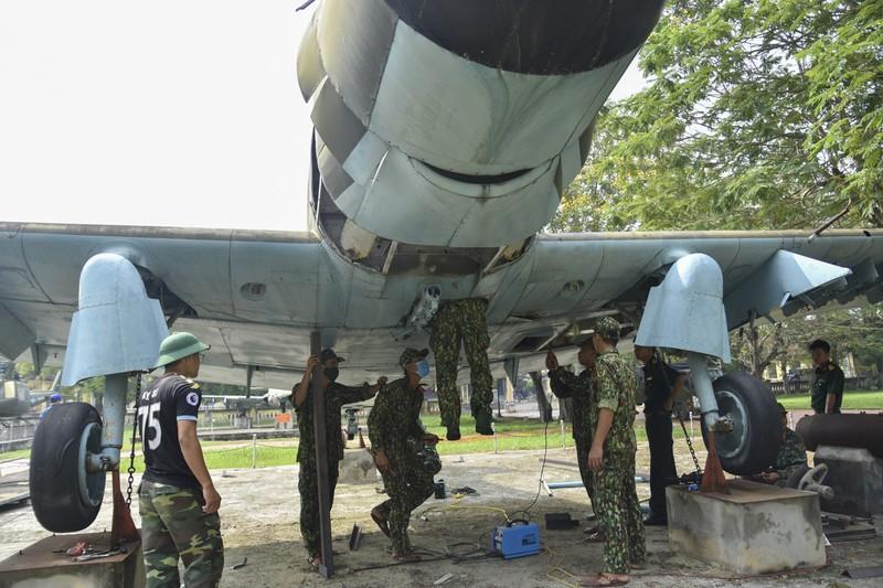 Tháo máy bay, xe tăng trong bảo tàng để dời về chỗ mới - ảnh 5