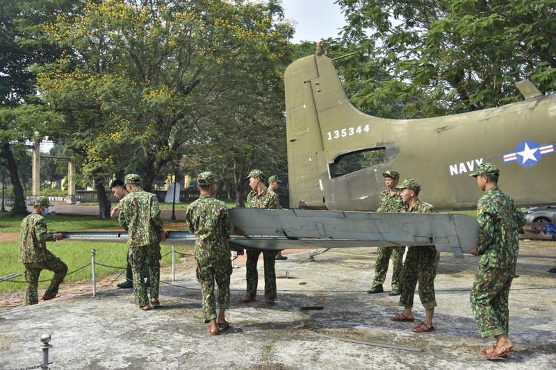 Tháo máy bay, xe tăng trong bảo tàng để dời về chỗ mới - ảnh 12
