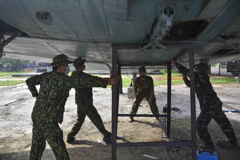 Tháo máy bay, xe tăng trong bảo tàng để dời về chỗ mới - ảnh 7