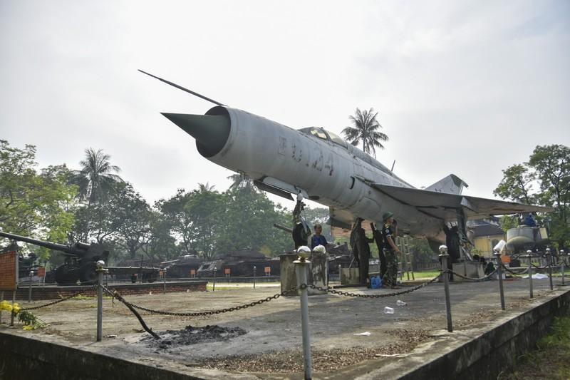 Tháo máy bay, xe tăng trong bảo tàng để dời về chỗ mới - ảnh 1