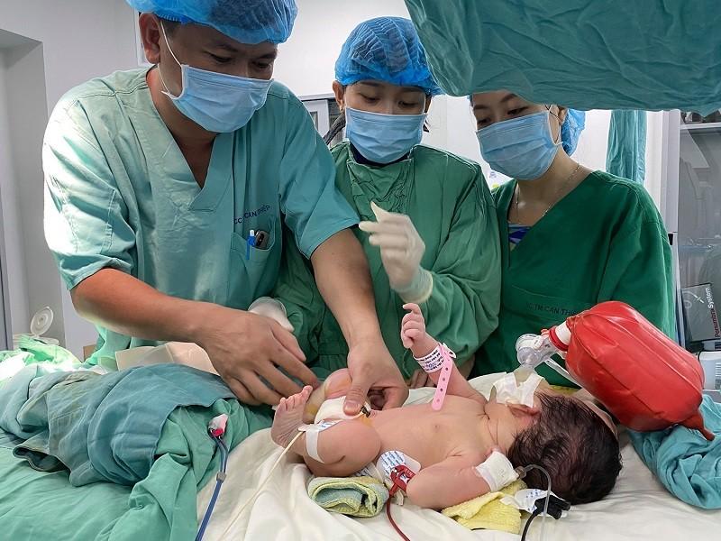 Hồi hộp ca nong van động mạch phổi cho bé 5 ngày tuổi - ảnh 1