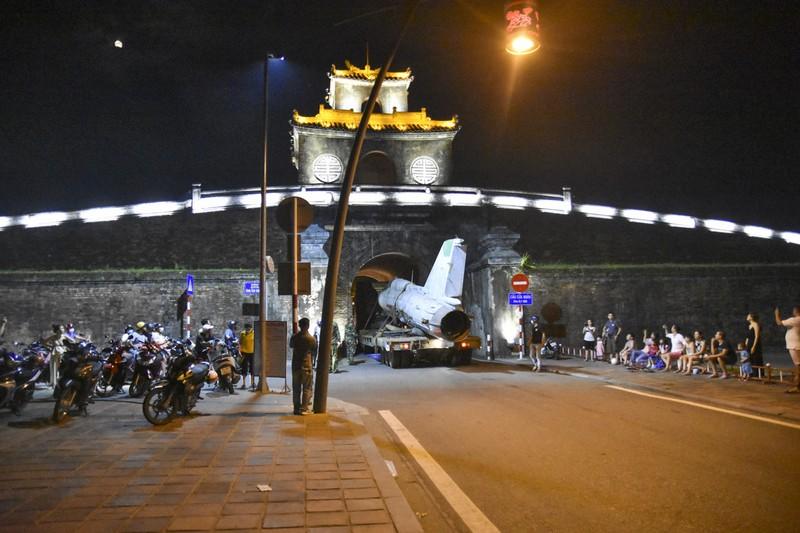Trắng đêm di dời máy bay, xe tăng ra khỏi kinh thành Huế - ảnh 3