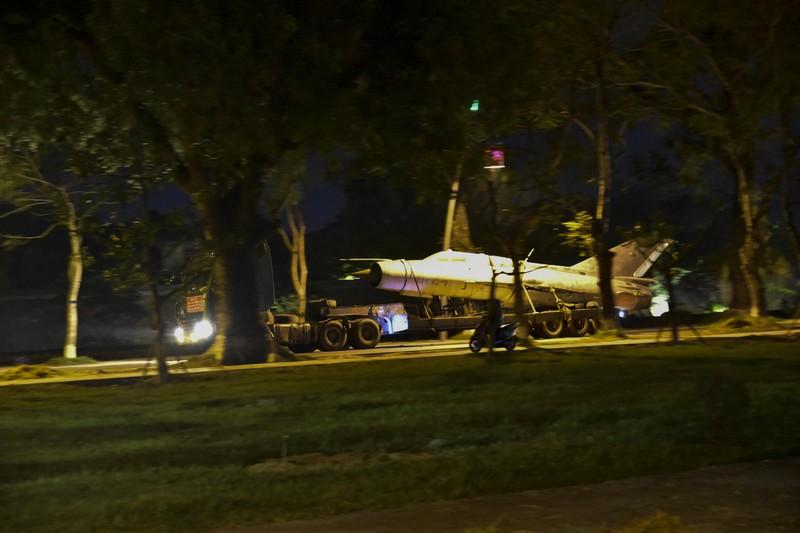 Trắng đêm di dời máy bay, xe tăng ra khỏi kinh thành Huế - ảnh 2