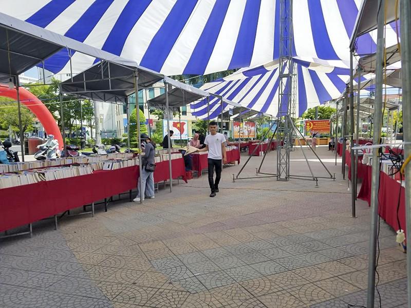 Sách giả xuất hiện tại hội chợ sách xuyên Việt - ảnh 1