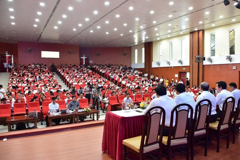 Chủ tịch tỉnh trò chuyện với học sinh về công nghệ thông tin - ảnh 3