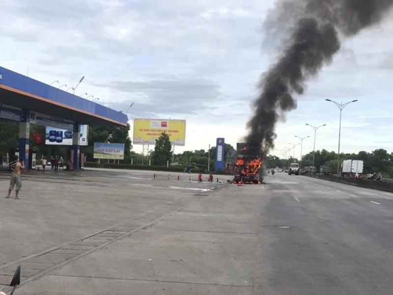 Xe đầu kéo cháy dữ dội gần cây xăng - ảnh 1