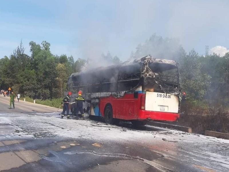 Xe khách bốc cháy trên đường tránh Huế - ảnh 1