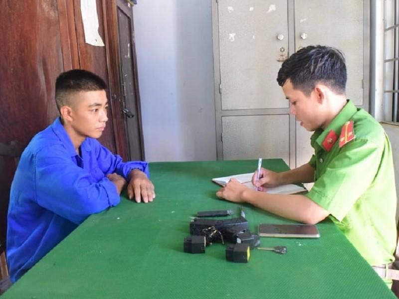 Dùng súng điện chống trả lực lượng công an khi trộm xe máy - ảnh 1