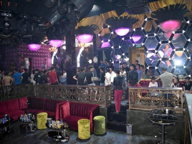 Công an đột kích quán bar có trăm dân chơi lúc rạng sáng  - ảnh 1