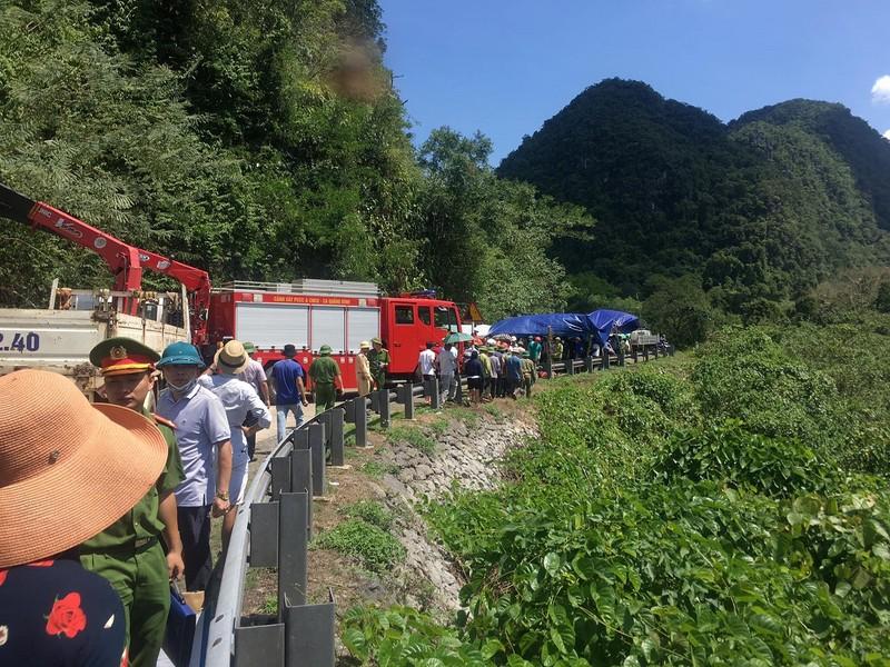 Hình ảnh hiện trường vụ lật xe ở Quảng Bình làm 13 người chết  - ảnh 1