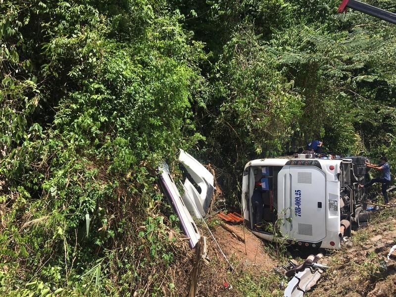 Hình ảnh hiện trường vụ lật xe ở Quảng Bình làm 13 người chết  - ảnh 2